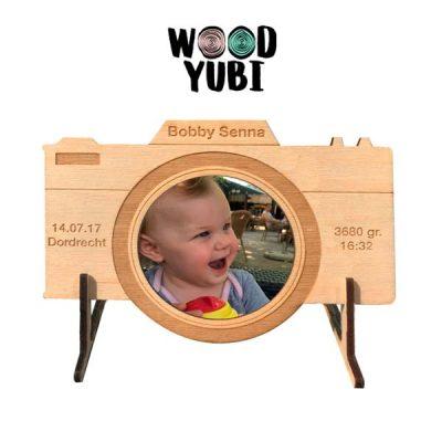 Houten geboortekaartje fototoestel