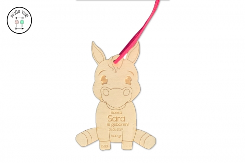 Houten geboortekaartje label paardje Sara