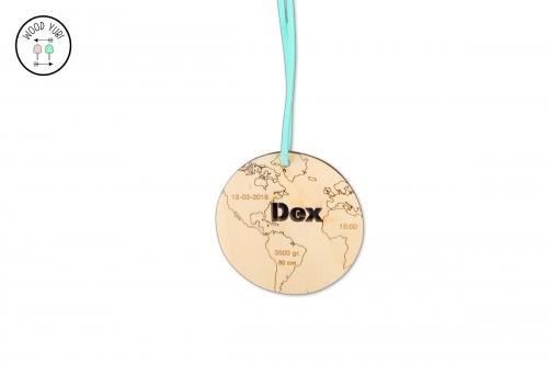 Houten geboortekaartje label wereldbol Dex