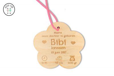 houten geboortekaartje bloem