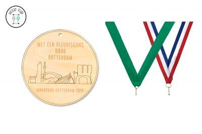 """Houten medaille.met de gravure """"Met een pleurisgang door Rotterdam"""