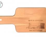 Snijplank van Massief beuken met de gegraveerde tekst. De liefste man van Rotterdam.