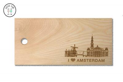 Een prachtige skyline van Amsterdam gegraveerd in een massief beukenhouten snijplank met de tekst I love Amsterdam.